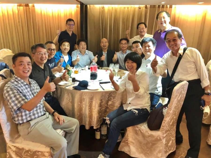 前高雄市長韓國瑜和韓團隊聚餐。(翻攝曹桓榮臉書)