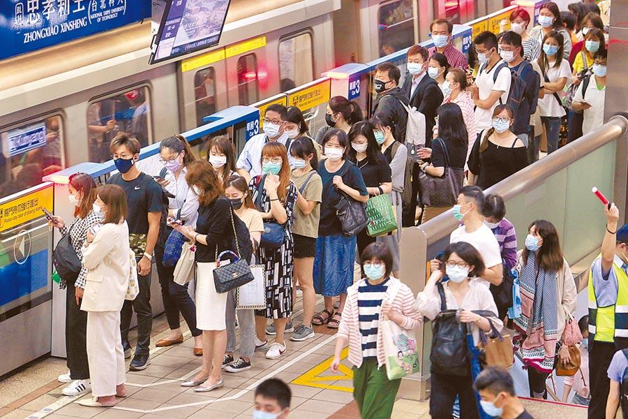 捷運是許多通勤族所仰賴的大眾工具,但是每當遇到巔峰上下班時間,座位總是一位難求。(本報資料照片)