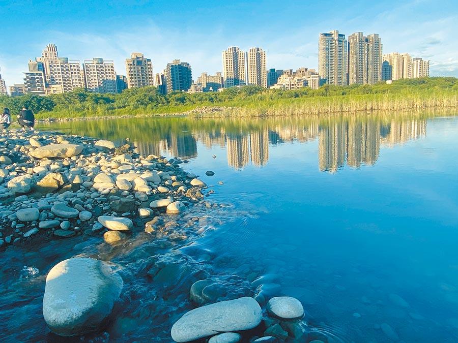 新竹縣市囊括2017年所得中位數前名,但取水源的母親河「頭前溪」長年有汙染疑慮,新竹人連好水都沒得喝,實為諷刺。(陳育賢攝)