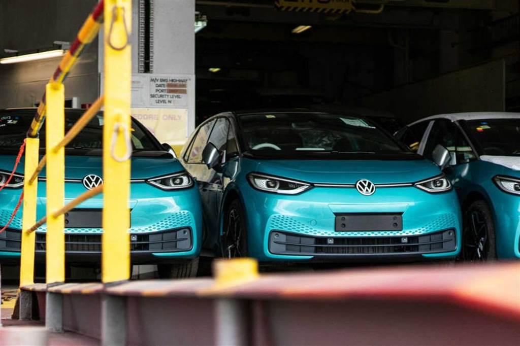 馬斯克德國之旅的突然行程:密會福斯執行長,還玩了 VW ID.3 與 ID.4 新款電動車