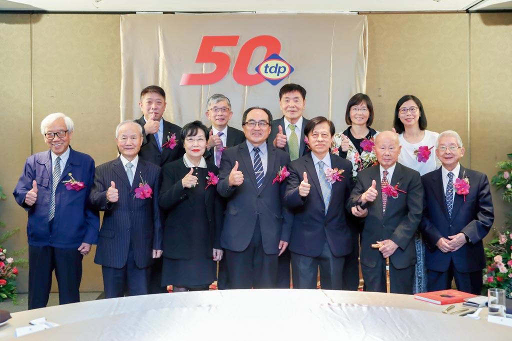 台灣染料顏料公會創會50周年,經濟部工業局局長呂正華與貢獻獎會員代表合影。圖/染顏料公會提供