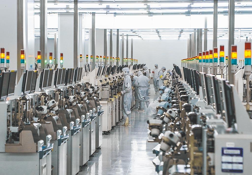 重慶某半導體科技公司晶片封裝生產線。(新華社資料照片)