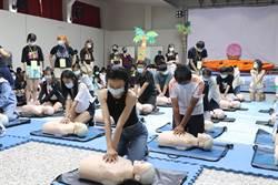 中華醫大新生見面禮CPR 清涼帥哥辣妹模擬溺水行動劇演出