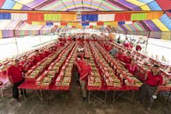 中元普渡供品多 宮廟捐物資做公益