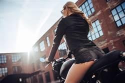 長腿正妹女騎士太火辣 男逼車扯熱褲還伸進去狂搓