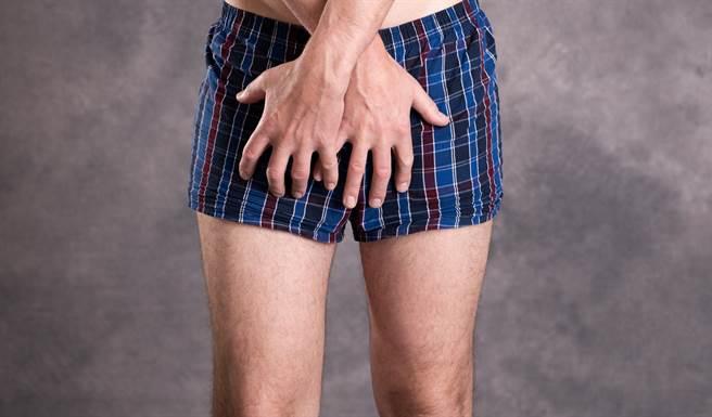 萬華出現一名只穿內褲的男子,四處要求小女生幫忙拍照。(圖/示意圖,達志影像)