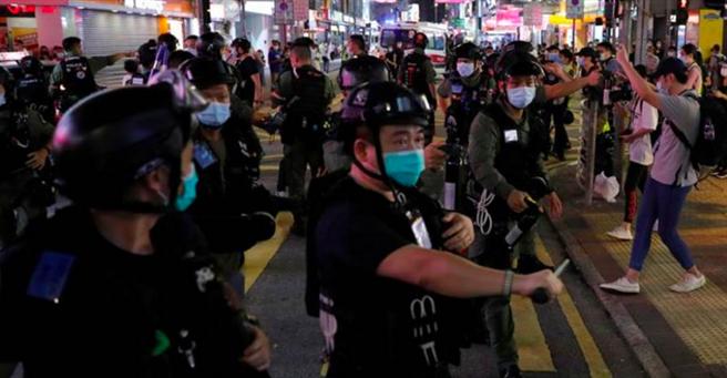 香港警方中午起在紅隧至佐敦逸東酒店一帶重兵佈防,並對堵路與攻擊警方的民眾進行逮捕。到深夜10時,封鎖情況大致解除,旺角及油麻地區內至少289人被捕。(圖/路透)