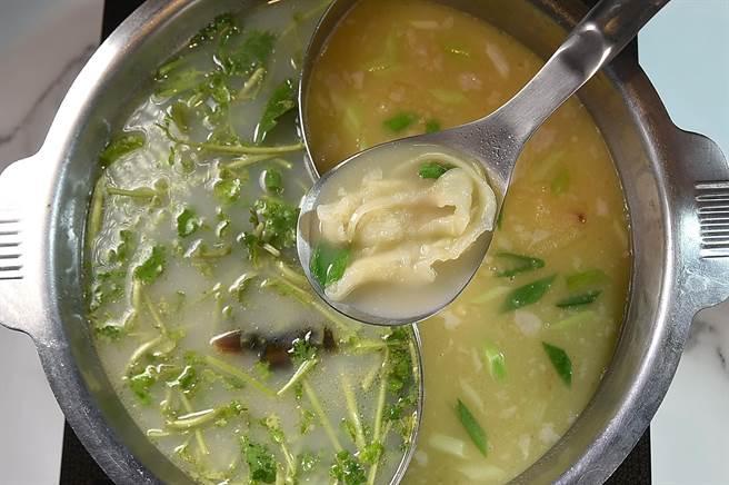 樂軒〈鐵火肥牛火鍋〉有多種湯頭鍋底讓客人選擇,圖右為「老火雞湯」、左為味道較清鮮的港式「皮蛋香菜湯」,菜單上並提供口感彈Q的花膠讓客人涮食。(圖/姚舜)