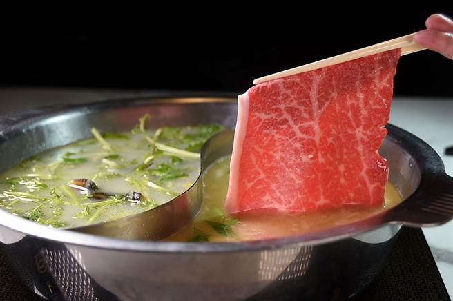 〈鐵火肥牛火鍋〉提供各種不同的海陸食材當涮料,且豐儉由人,其中最頂級的為日本A5和牛。(圖/姚舜)