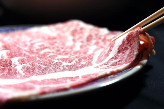 冷藏的Prime級美國去骨牛小排,也是〈鐵火肥牛火鍋〉涮料選單中的高檔貨。(圖/姚舜)