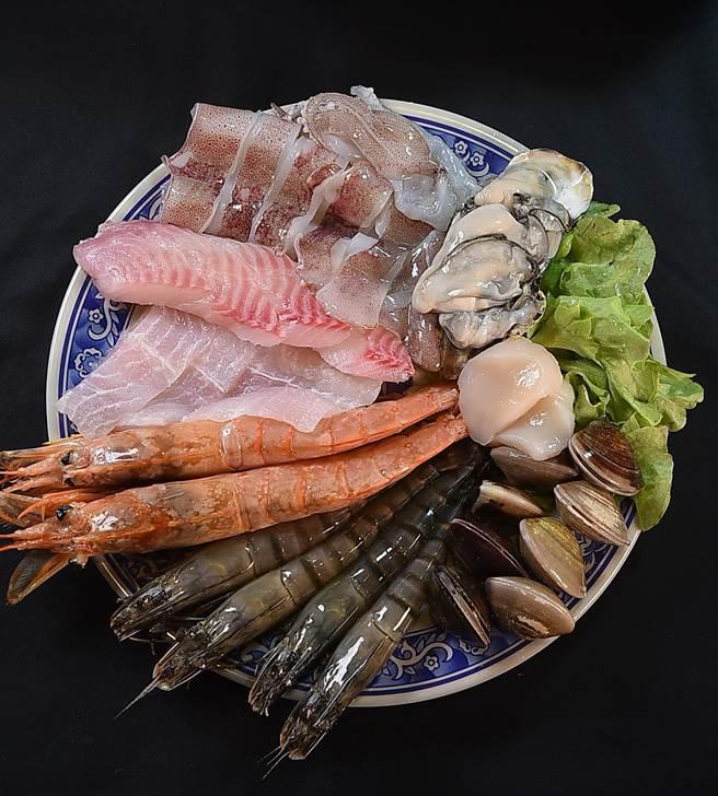 〈鐵火肥牛火鍋〉的海鮮食材標榜每天產地直送進貨,且選擇非常豐富,圖為含有天使紅蝦、小卷、干貝、草蝦、牡蠣、蛤蜊、鯛魚的「八鮮過海」。(圖/姚舜)