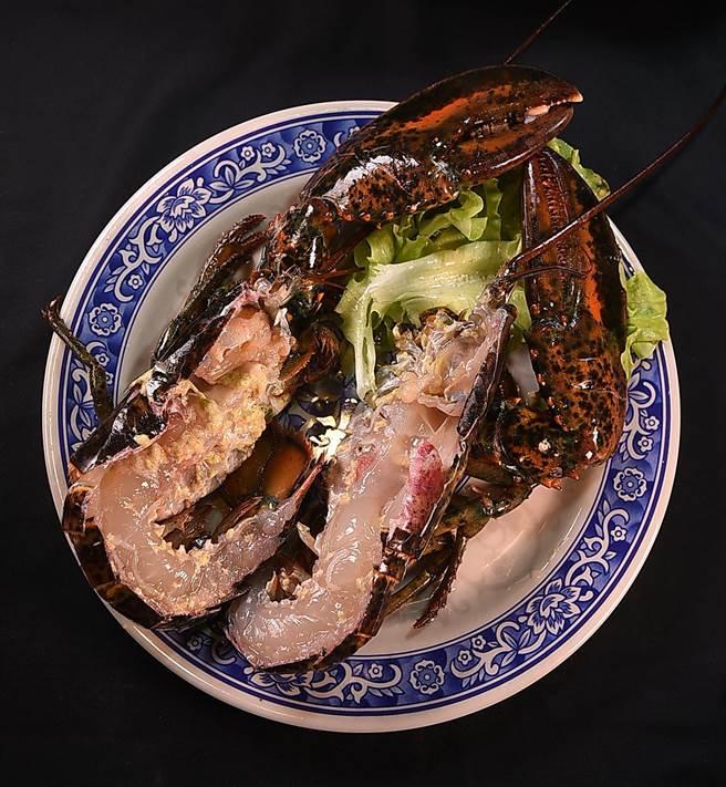 波士頓龍蝦近年在台灣廣受歡迎,在〈鐵火肥牛火鍋〉亦可以鮮活的波士頓龍蝦當涮料。(圖/姚舜)