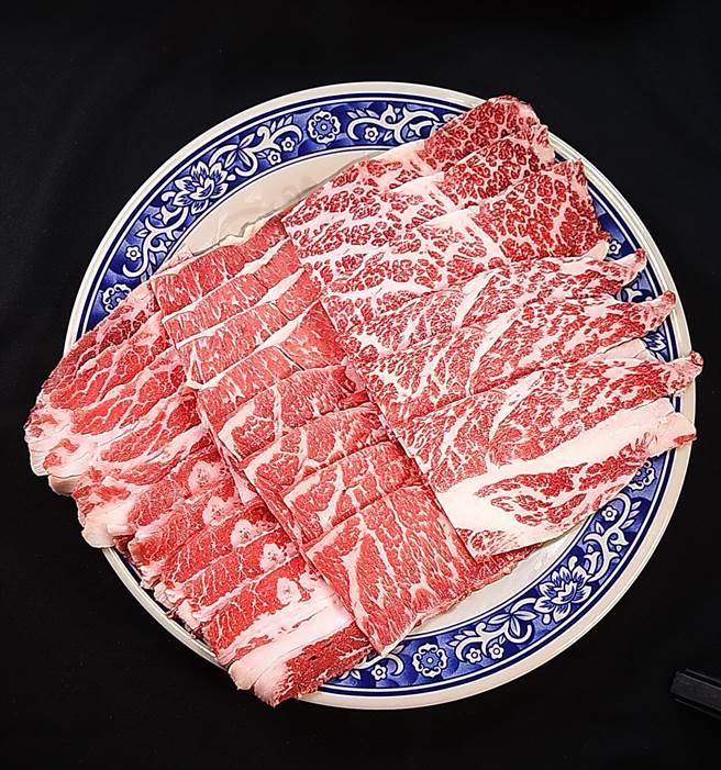 為了方便客人「什麼都能吃到」,〈鐵火肥牛火鍋〉有非常多的「拼盤」選項,圖為雪花牛、羽下牛與牛小排三拼的〈肥牛大三元〉。(圖/姚舜)