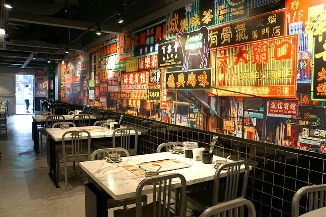 開在新光三越台北南西店三館7樓的〈鐵火肥牛火鍋〉,裝潢陳設以復古懷舊的港式茶餐廳基調,營造一股「老香港氛圍」。(圖/姚舜)