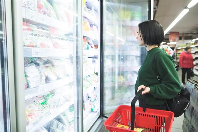 一名婦人在超市的冷凍冰箱,拿取商品時卻摸到大便,事後向店員反映後,對方的態度卻讓她暴怒。(圖/示意圖,達志影像)