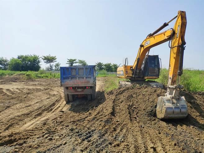 台南學甲農地填埋爐渣案,明祥馨公司已調動機具進場清理。(環保局提供/洪榮志台南傳真)