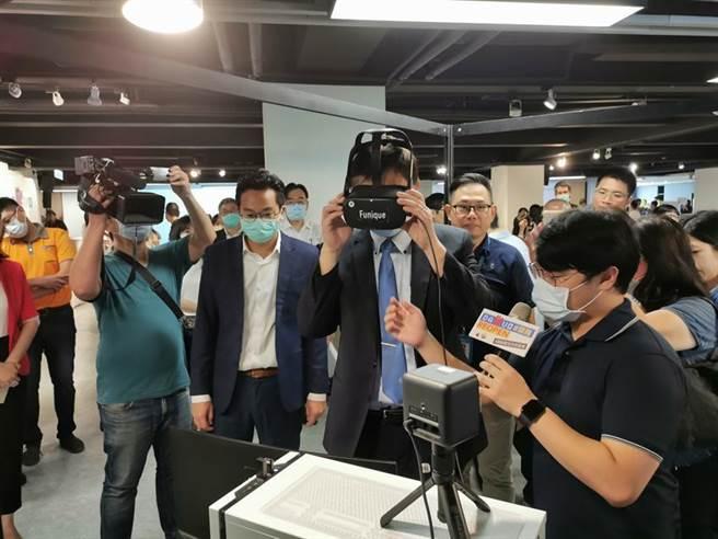 高雄副市長羅達生(前排右二)7日參觀DAKUO新創團隊展覽,體驗睿智科技研發製作的現場虛擬演唱會。(圖/高雄經發局提供)