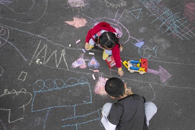 「2020 Zespri放肆享受健康封街趴」活動將在本周末登場,市府將在市府前的中山路封街,讓孩子們可坐在馬路上恣意畫畫。(市府提供/陳育賢新竹傳真)