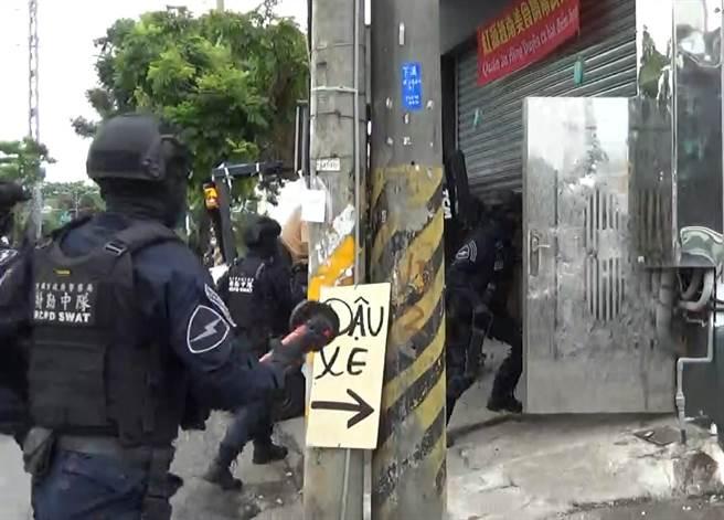 警方至高雄大寮的越南小吃店攻堅逮人。(翻攝畫面/胡欣男台北傳真)