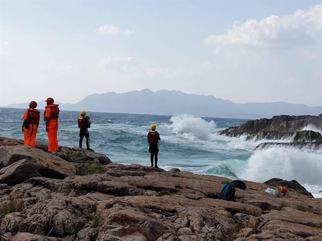 東北角海岸是台灣著名的磯釣場,東北季風盛行時,時常會有瘋狗浪無預警來襲,民眾切記要穿上救生衣,發生危險時才能自保。(翻攝照片/陳彩玲基隆傳真)