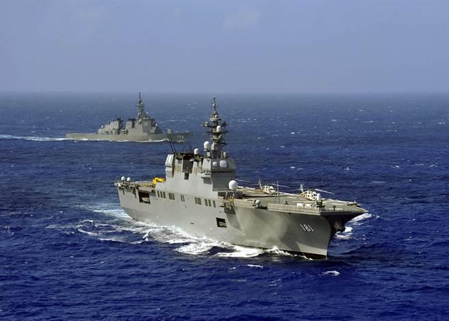 極少在南海出現的日本日向號(右)直升機驅逐艦日前被衛星發現出現在西沙群島附近,陸媒認為日本也在南海爭議上軋上一腳,純粹是「刷存在感」。(圖/USNAVY)