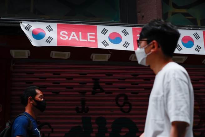 南韓民眾5日走在首爾明洞街頭的景象。(新華社照片)