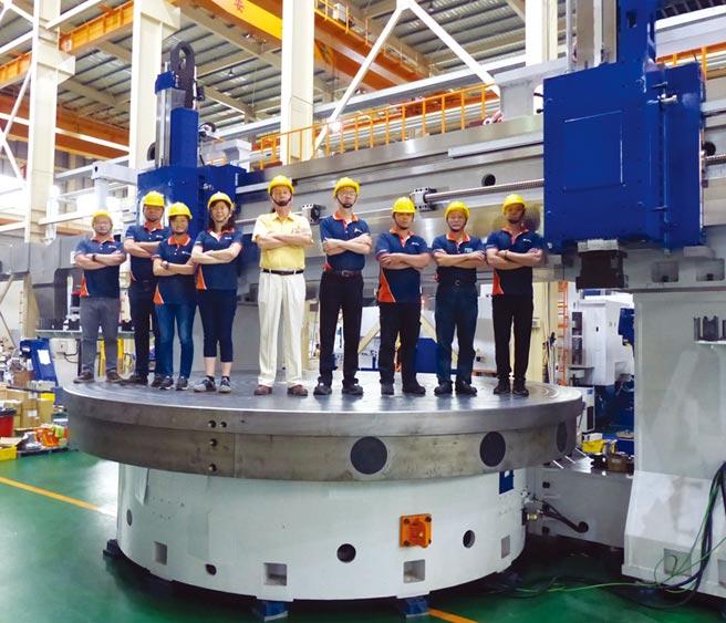 榮田精機董事長陳松田(中)帶領團隊開發出超大型6米風電加工機,機台體積打破紀錄。圖/莊富安