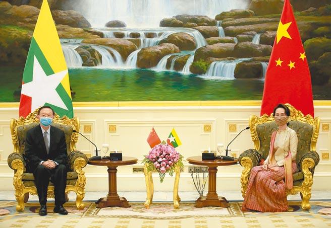 緬甸國務資政翁山蘇姬,9月1日在首都內比都會見楊潔篪。(新華社)