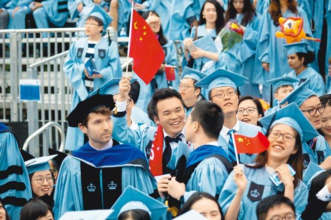 有大陸留學生反映,最近從美國搭機返國時,在機場遭到海關無緣由的盤查,甚至電腦、手機都被扣留。圖為美國哥倫比亞大學舉行畢業典禮。(新華社資料照片)
