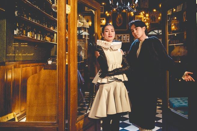 吳青峰(右)和陳雪甄合作〈費洛蒙小姐〉MV。 (環球音樂提供)