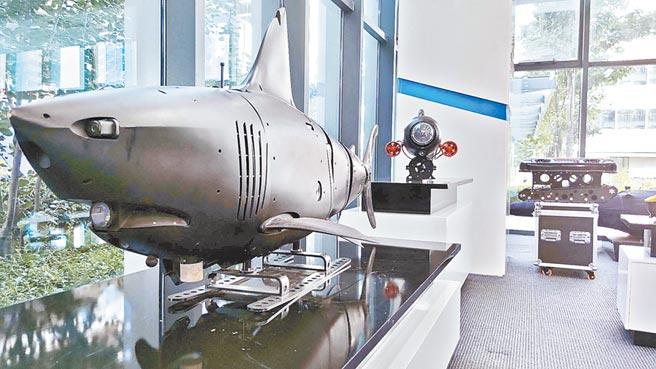 智能仿生鯊魚無人潛航器。(趙鵬攝)