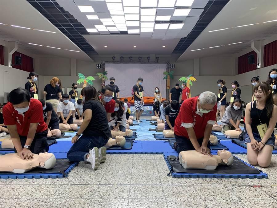 中華醫事科技大學新生入學「見面禮」CPR和AED急救操作訓練。(曹婷婷攝)