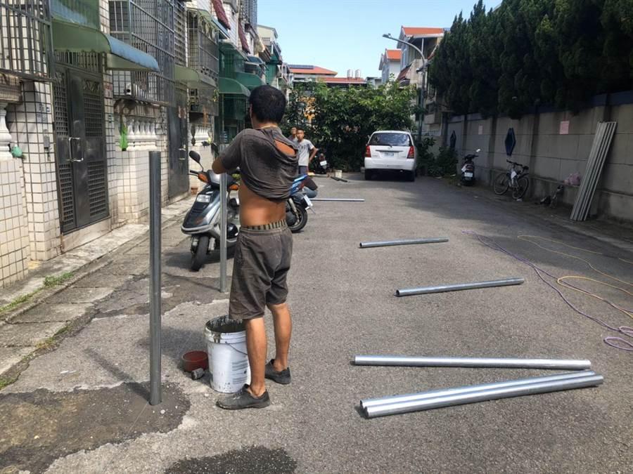 龍潭地主請工程單位施作鐵管封住部分路面,引來周邊居民不滿。(黃婉婷攝)