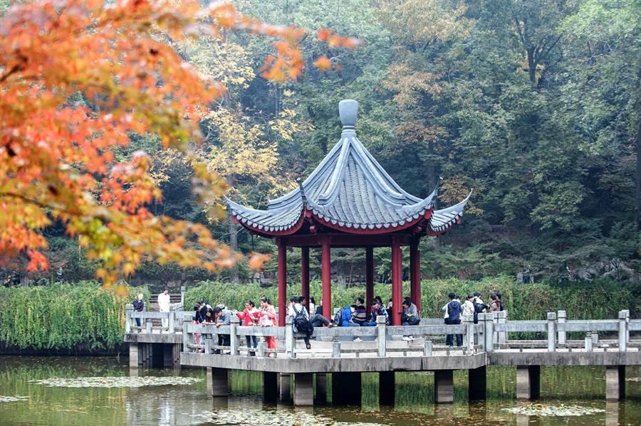 色彩斑斕棲霞山。(新華社資料照片)