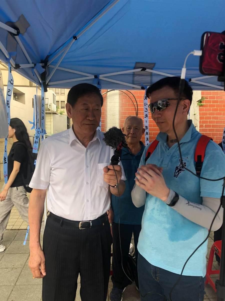 臧幼俠(左 )7月1日在立院抗爭現場,接受于北辰開直播訪問。(讀者提供)