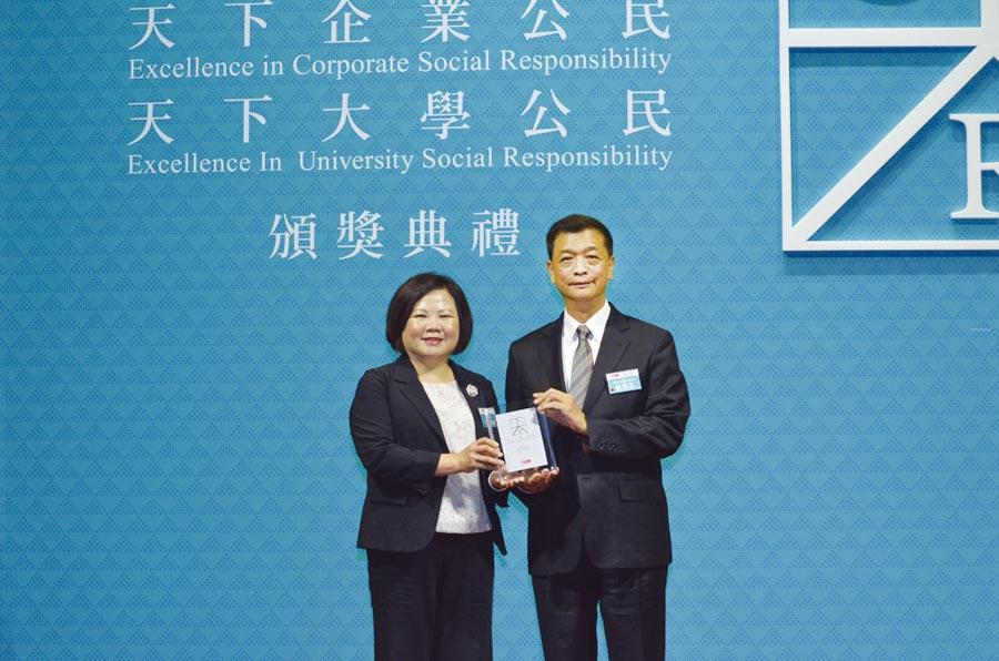 台灣日立江森自控空調設備販賣公司總經理羅淮正(右)代表接受勞動部長許銘春(左)頒予獎項。圖/日立冷氣提供