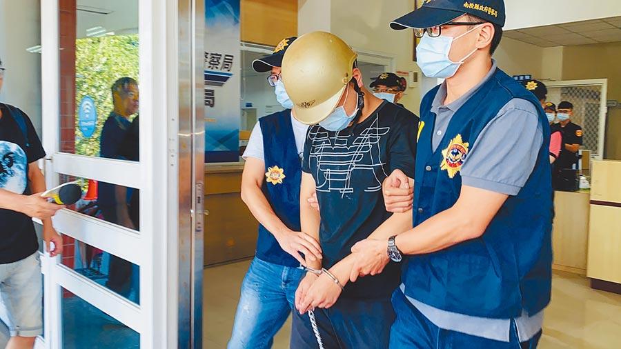黃姓主嫌(戴安全帽者)疑為50萬債務擄人凌虐,警訊後將黃嫌等5人移送南投地檢署偵辦。(林心柔攝)