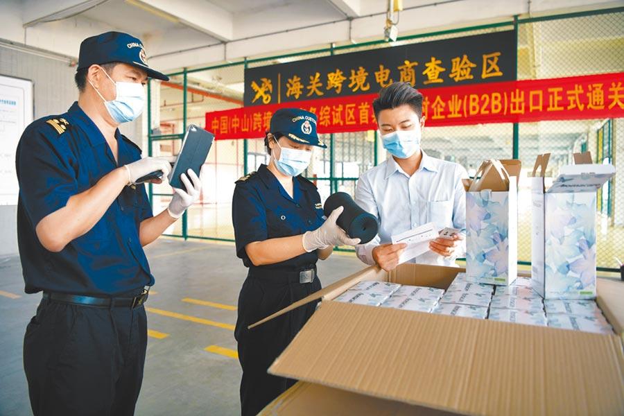 海關工作人員對首票跨境電商B2B出口美國的空氣加濕器進行查驗。(繆曉劍攝)