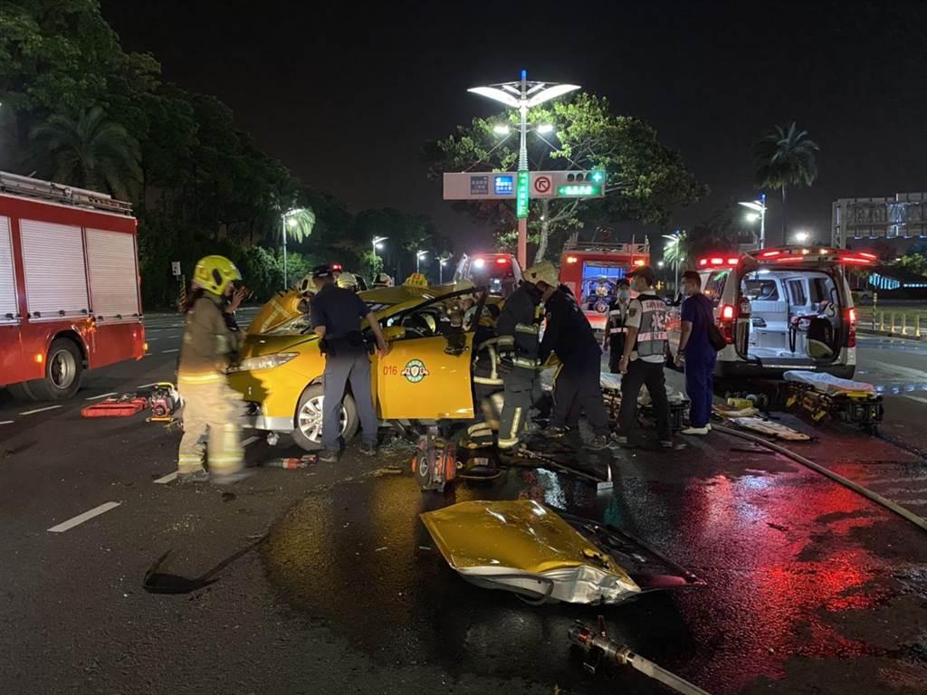 計程車遭高速追撞嚴重變形,駕駛與乘客送醫後不治。(警方提供/柯宗緯高雄傳真)