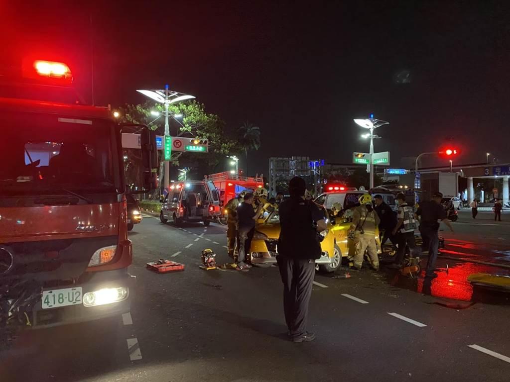 計程車遭高速追撞,嚴重變形,駕駛與乘客送醫後不治。(警方提供/柯宗緯高雄傳真)
