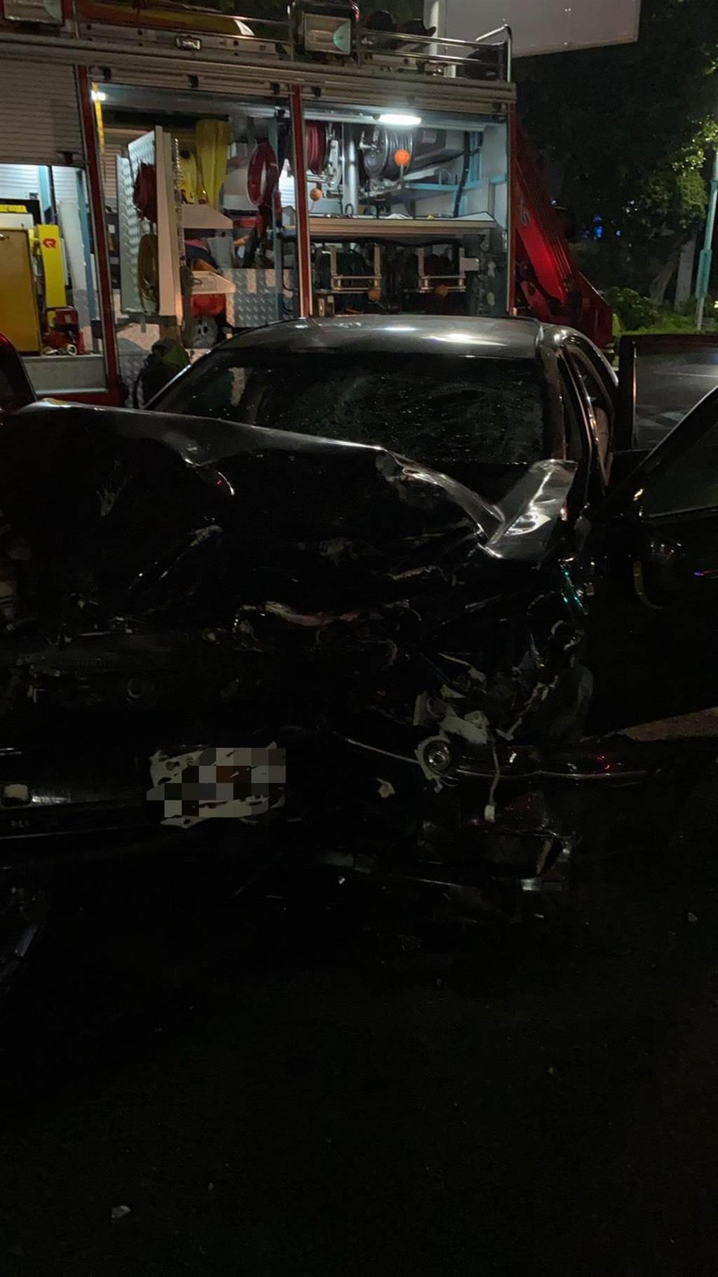 肇事的黑色轎車車頭也嚴重變形,沈男則意識清醒。(警方提供/柯宗緯高雄傳真)
