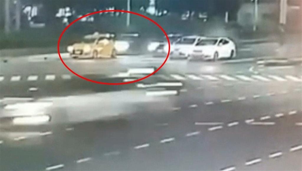 計程車遭黑色車追撞瞬間「消失」(圖/翻攝自監視器畫面)