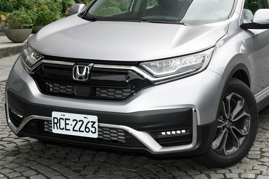 透過翼形LED陣列頭燈/日行燈入替,並換上新式保桿/下氣壩及LED霧燈組,為小改款CR-V迎來新的帥氣前臉。
