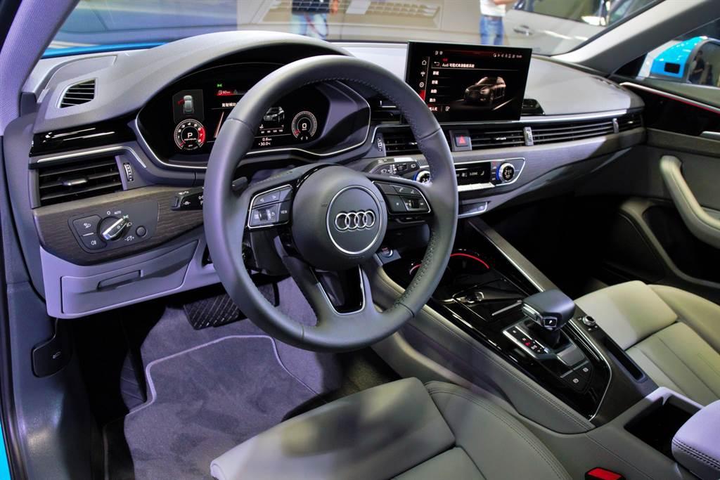 內裝改款重點在於中央改採10.1吋觸控螢幕,以直覺的觸控操作取代原先的旋鈕加觸控板。