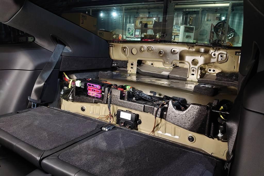 Porsche 911 Carrera後飾板下有非常多的電子迴路,千萬不要輕易嘗試拆裝,請交給專業技師作處理。