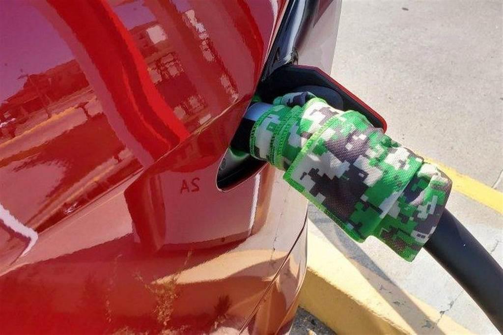 超充「中暑」充電慢?特斯拉車主用這招幫充電槍降溫,充電速度立刻回升!