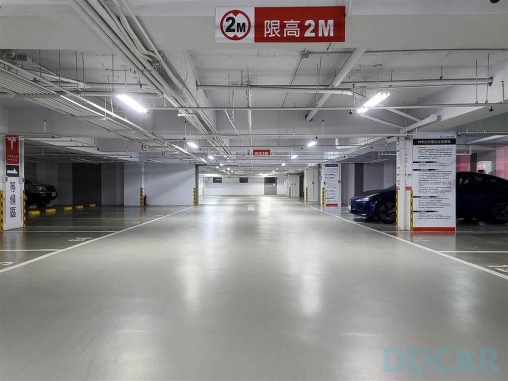 車道的左右二側停車格都規劃給特斯拉,右邊是超充,左邊的空格則是等待區,滿場也有地方排隊。