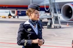 空服員暗黑大爆料 女歌手機上跪地高喊「誰來跟我壞」