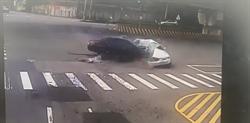 直擊》桃園死亡車禍驚悚瞬間曝 MARCH直撞BMW慘成廢鐵