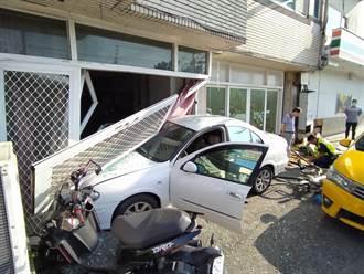 6旬男開車撞入飲料店旁民宅  網友笑回「趕著買紅茶冰?」